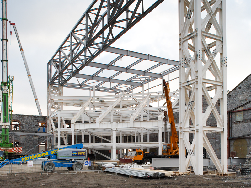 Фото процесса монтажа промышленного здания из металлоконструкций