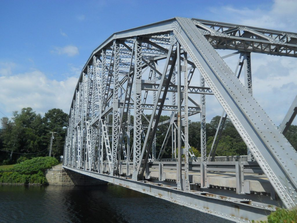 Фото металлического моста через реку