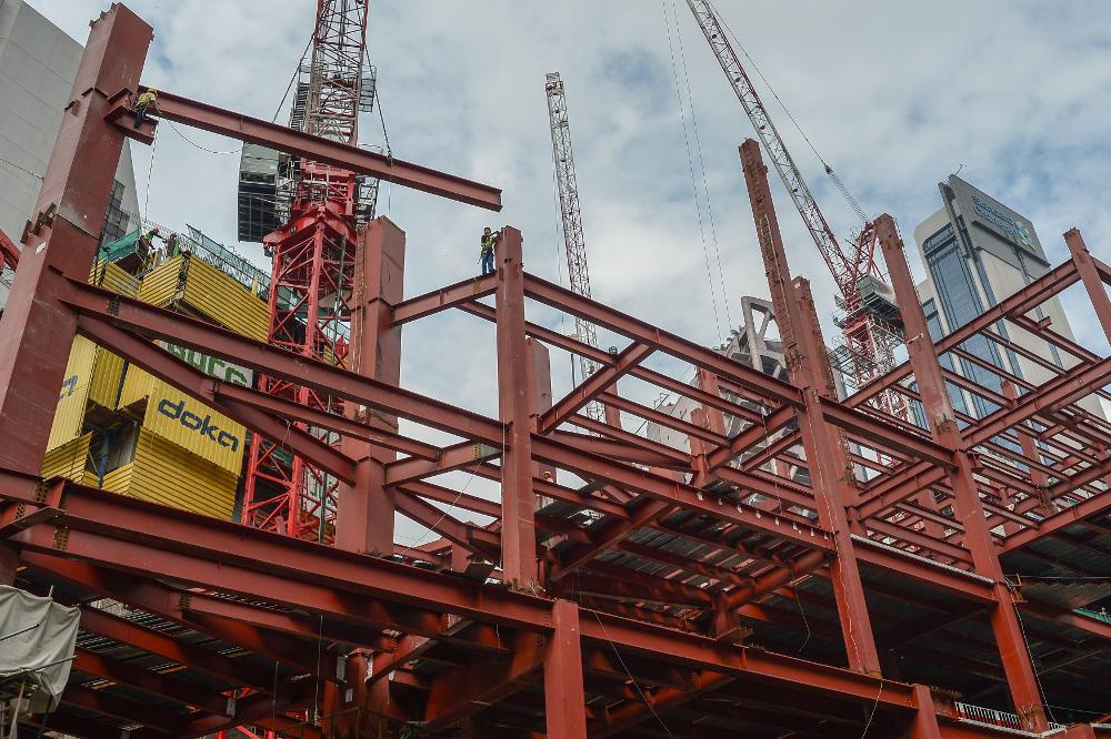 Процесс строительства сооружения из металлоконструкций
